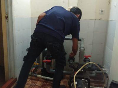 teknisi trijaya pompa saat membetulkan kerusakan pompa kolam renang